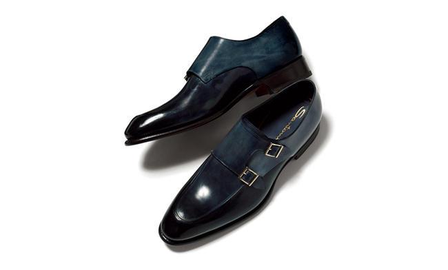 <span style=font-size:1.1em;><strong>SANTONI / サントーニ</strong></span><br />クラシックなスタイルも、ネイビーの軽さをまとえばモダンにあか抜ける。例えばこのダブルモンクストラップ靴のように。これぞネイビーマジック!14万5000円/サントーニ(リエート)