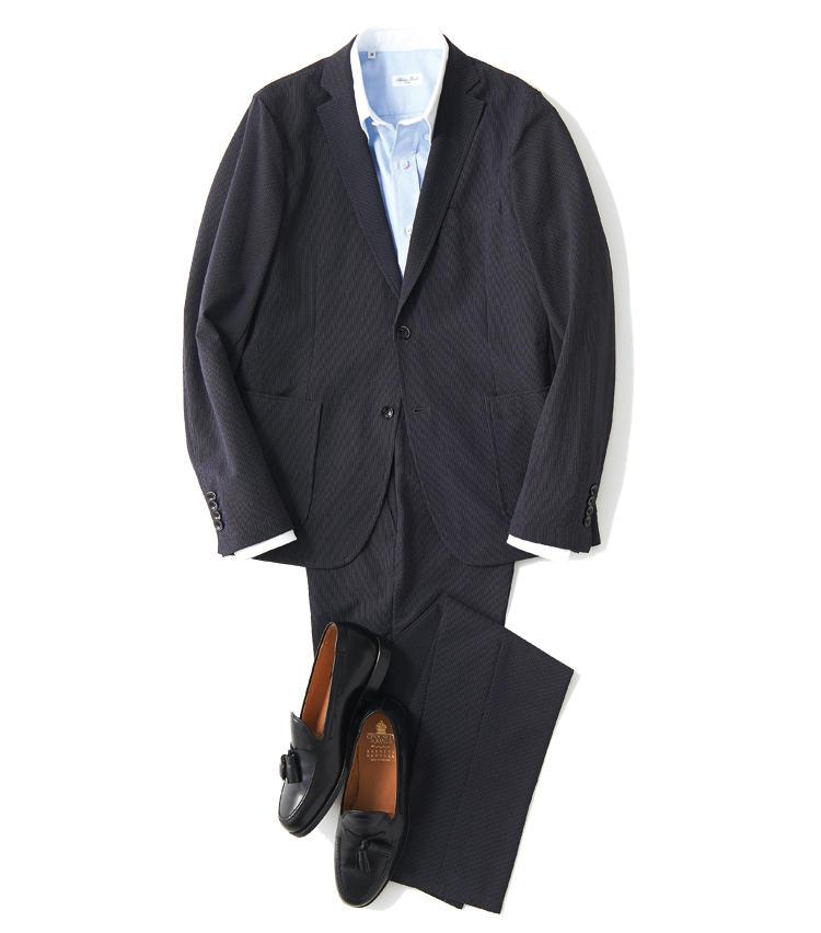 <span style='font-size:1.1em; background-color:#099;color:#ffffff;padding:5px;'>スーツで</span><br /><br /><strong>シャツも靴もディテールでひと捻り</strong><br />軽快なジャケットの雰囲気に合わせ、クレリックシャツもB.D.襟でスポーティに仕上げる。合わせるローファーはタッセル付きでドレッシーさを意識したい。<br />ジャケット3万9000円、パンツ2万4000円(以上デザインワークス ドゥ・コート銀座店) シャツ2万4000円/サルヴァトーレ ピッコロ(トゥモローランド) 靴7万9000円/クロケット&ジョーンズ(バーニーズ ニューヨーク)