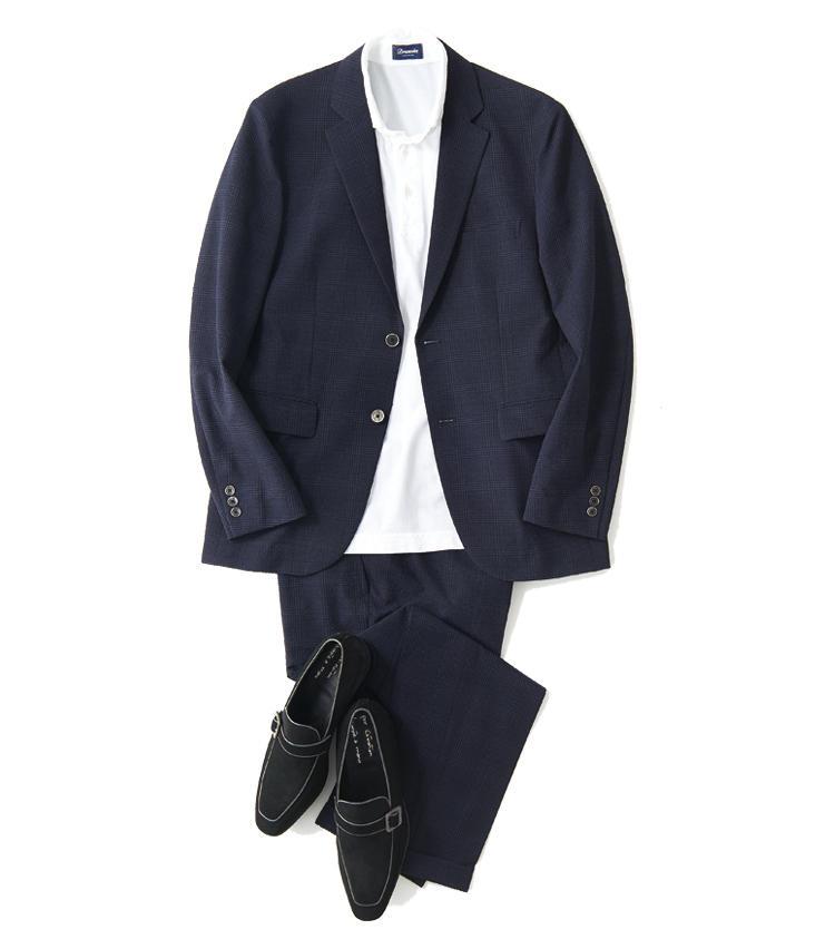 <span style='font-size:1.1em; background-color:#099;color:#ffffff;padding:5px;'>スーツで</span><br /><br /><strong>シンプルな装いには足元でアクセントを</strong><br />白の台襟ニットポロでVゾーンにヌケを作り、黒靴でシックに引き締める。スエードで軽快さを加えつつ、ストラップ金具がドレッシーさのアクセントにもなる。<br />ジャケット1万6000円、パンツ1万1000円(以上エディフィス 新宿) ポロシャツ1万9000円/ドルモア(バインド ピーアール) 靴9万5000円/エンツォ ボナフェ(エストネーション)