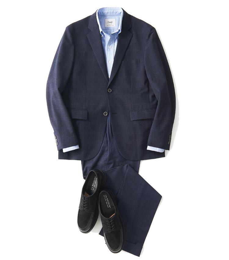 <span style='font-size:1.1em; background-color:#099;color:#ffffff;padding:5px;'>JK単品で</span><br /><br /><strong>ブルー系はトーンを変えてメリハリを出す</strong><br />爽やかなサックスブルーシャツは、表情豊かなオックスフォード生地が今どき。ワンプリーツのサイドアジャスター付きパンツで、クラシックにまとめる。<br />ジャケットは写真一枚目エディフィスと同じ。シャツ2万円/ドレイクス(ドレイクス 銀座店) パンツ3万4000円/インコテックス(ビームス ハウス 丸の内) 靴9万5000円/ジェイエムウエストン(ジェイエムウエストン青山店)