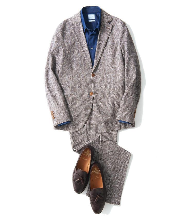 <span style='font-size:1.1em; background-color:#099;color:#ffffff;padding:5px;'>スーツで</span><br /><br /><strong>淡ブラウンにはニュアンス青が好相性</strong><br />フェード感のあるジャケットには洗いの掛かったインディゴシャツが雰囲気◎。足元のローファーは茶でリラックスさせつつ、付属のタッセルが上品さの鍵。<br />ジャケット5万9000円、パンツ3万1000円(以上トヨダトレーディング プレスルーム) シャツ4万円/バグッタ(トレメッツォ) 靴8万2000円/クロケット&ジョーンズ(ビームス ハウス 丸の内)