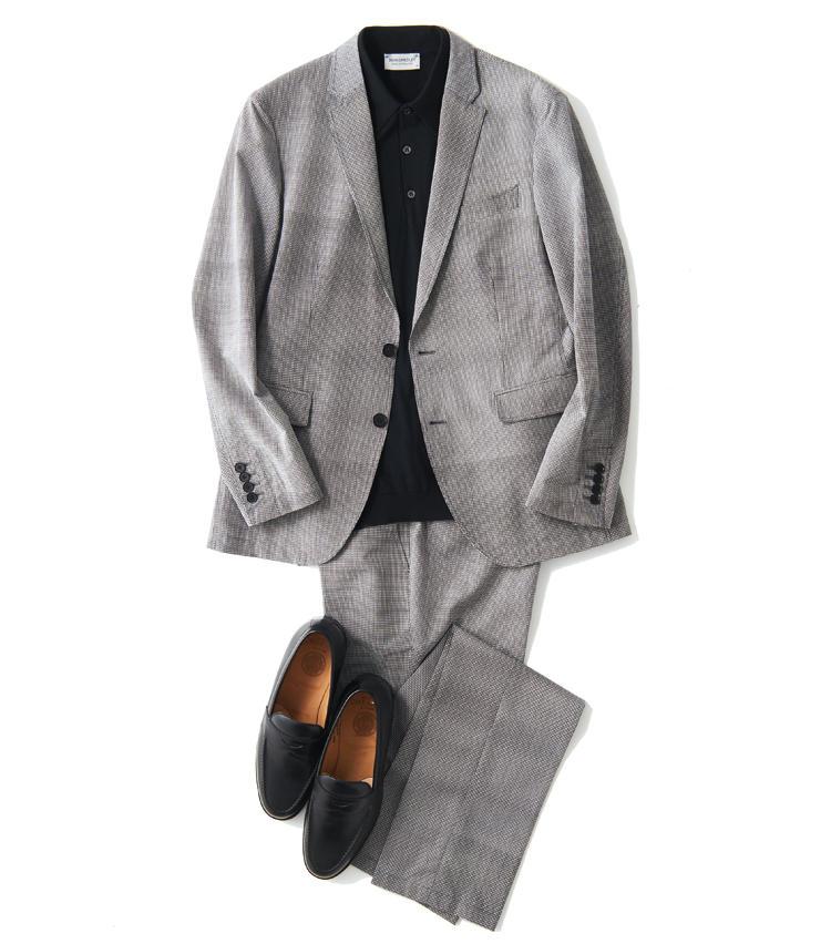<span style='font-size:1.1em; background-color:#099;color:#ffffff;padding:5px;'>スーツで</span><br /><br /><strong>細シルエットを意識した大人のモノトーン</strong><br />黒の半袖ニットポロに黒靴を合わせる。モノトーンで統一し、モードな印象に仕上げると細ラペルスーツのシャープさが活きる。ストレッチで着用感も快適。<br />ジャケット4万3000円、パンツ2万4000円(以上オンワード樫山 お客様相談室) ポロシャツ2万6000円/ジョン スメドレー(シップス 銀座店) 靴5万7000円/ジョセフ チーニー(ブリティッシュメイド 銀座店)