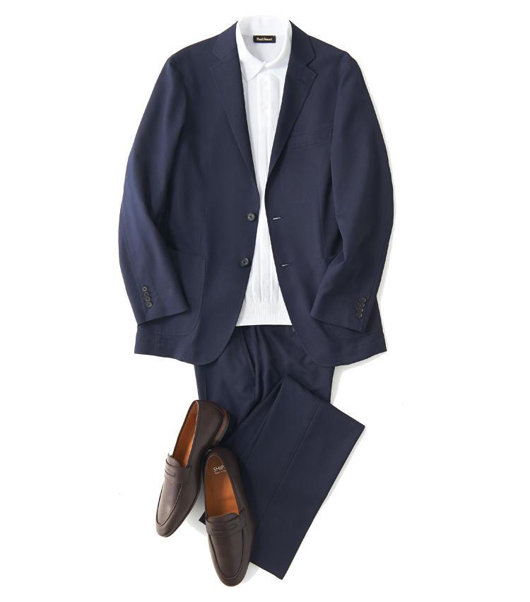 <span style='font-size:1.1em; background-color:#099;color:#ffffff;padding:5px;'>スーツで</span><br /><br /><strong>白ポロの涼感は紺スタイルでこそ活きる</strong><br />紺スーツに白ポロは夏の定番合わせ。メッシュ編みのポロで、フラットになりがちなVゾーンに立体感を与えよう。茶ローファーも表革ならモダンにキマる。<br />ジャケット3万9000円、パンツ1万9000円(以上ダイドーフォワード) ポロシャツ2万3000円/ポール・スチュアート(ポール・スチュアート 青山店) 靴2万1300円/シップス(シップス 銀座店)