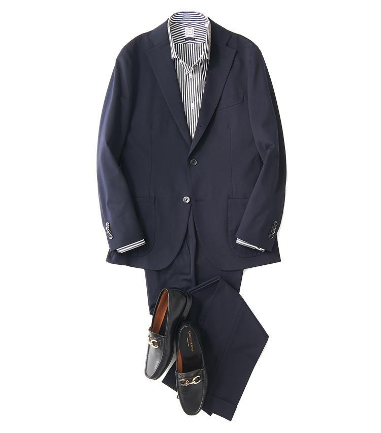<span style='font-size:1.1em; background-color:#099;color:#ffffff;padding:5px;'>スーツで</span><br /><br /><strong>シャープさの中に色気をプラス</strong><br />かっちりとしたフォルムを生かし、縦のラインを強調した黒×白のロンストシャツでシャープさを意識する。ビットローファーも黒の表革で、ドレッシーに。<br />ジャケット5万8000円、パンツ2万1000円(以上バーニーズ ニューヨーク) シャツ8000円/麻布ザ・カスタムシャツ(麻布テーラープレスルーム) 靴3万6000円/ユナイテッドアローズ(ユナイテッドアローズ六本木ヒルズ店)