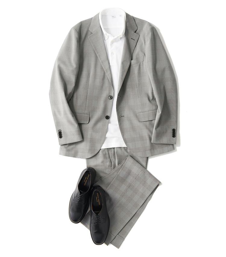 <span style='font-size:1.1em; background-color:#099;color:#ffffff;padding:5px;'>スーツで</span><br /><br /><strong>白ベースの軽さを黒で引き締める</strong><br />上着の清涼感を生かして白で統一。ポロシャツは台襟付きで軽快さと上品さを両立させよう。鹿の子の素材感も涼やかな印象だ。足元は黒のプレーントウで仕事のエレガンスを意識する。<br />ジャケット3万6000円、パンツ1万8000円(以上SANYO SHOKAI) ポロシャツ1万5000円/アスペジ(R&BLUESプレスルーム) 靴3万6000円/ユナイテッドアローズ(ユナイテッドアローズ 六本木ヒルズ店)