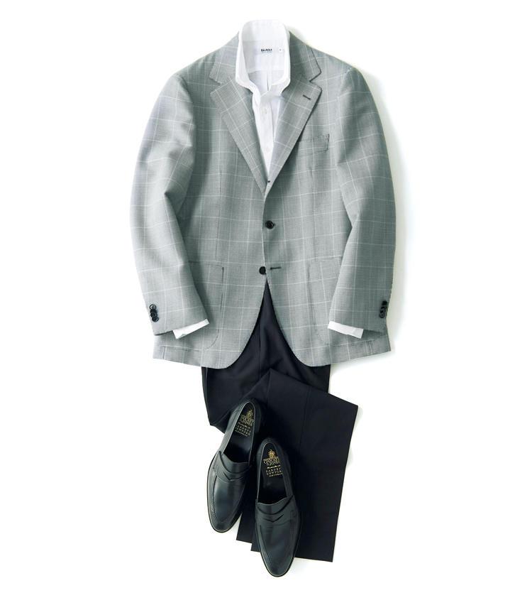 英国ウィリアム ハルステッド社製のウールモヘア生地は、独特のシャリっとしたドライな肌触りが味わえる。オーバーペーン入りの千鳥格子柄も目を引く。適度な胸増し芯が立体的で男らしい表情を演出しながら、背抜きの軽い作りで、裾さばきも軽快な涼やかな一着に仕上げている。<br />ジャケット8万5000円/ソブリン(ザ ソブリンハウス) シャツ1万6000円/ディストリクト(ディストリクト ユナイテッドアローズ) パンツ2万9000円/アントレ アミ(インターブリッジ) 靴7万3000円/クロケット&ジョーンズ(バーニーズ ニューヨーク)