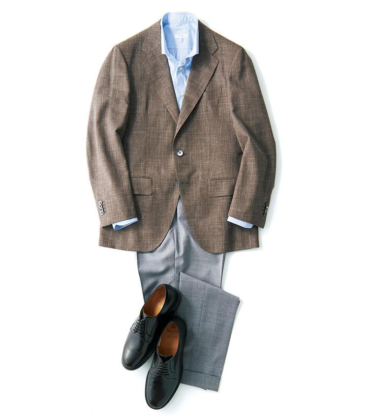 ウールにリネンの白糸がミックスされたメランジ感のあるブラウンが涼感を呼ぶ。ロロ・ピアーナ社のサマータイムは、シワの復元力に優れたニュージーランド産メリノウールに混紡されたシルクやリネンの適度なハリと通気性も魅力だ。丸い立体的な肩周りが柔和な印象を与える。<br />ジャケット〈オーダー価格〉10万500円/麻布テーラー(麻布テーラープレスルーム) シャツ3万4000円/ボリオリ(ボリオリ 東京店) パンツ3万4000円/ジーティーアー(八木通商) 靴2万8000円/バーウィック(ユニバーサルランゲージ渋谷店)