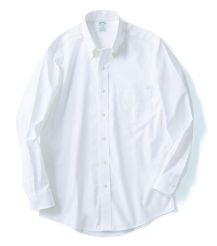 <span style='font-size:1.25em;'><strong>BROOKS BROTHERS(シャツ)</strong></span><br />元祖BDシャツとして知られる。1950年代よりノンアイロン加工のモデルを展開していたが、近年は上質なスーピマ綿100%のオックス生地でそれを実現。こちらはバックプリーツのない細身の「ミラノ」フィットなので、シャツイチでもスマートに着られる。1万3000円/ブルックス ブラザーズ(ブルックス ブラザーズ ジャパン)