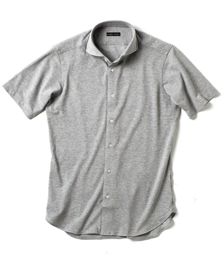 <strong>ドレスシャツのような立体感があるほうがいい</strong><br />「仕立てがちゃんとビジネスシャツ顔であれば、ラフなポロシャツ生地もあり」(伊登さん)、「無地であればグレーもいいですね。細身に見えそう」(鳥山さん)。1万2000円/麻布テーラー(麻布テーラープレスルーム)
