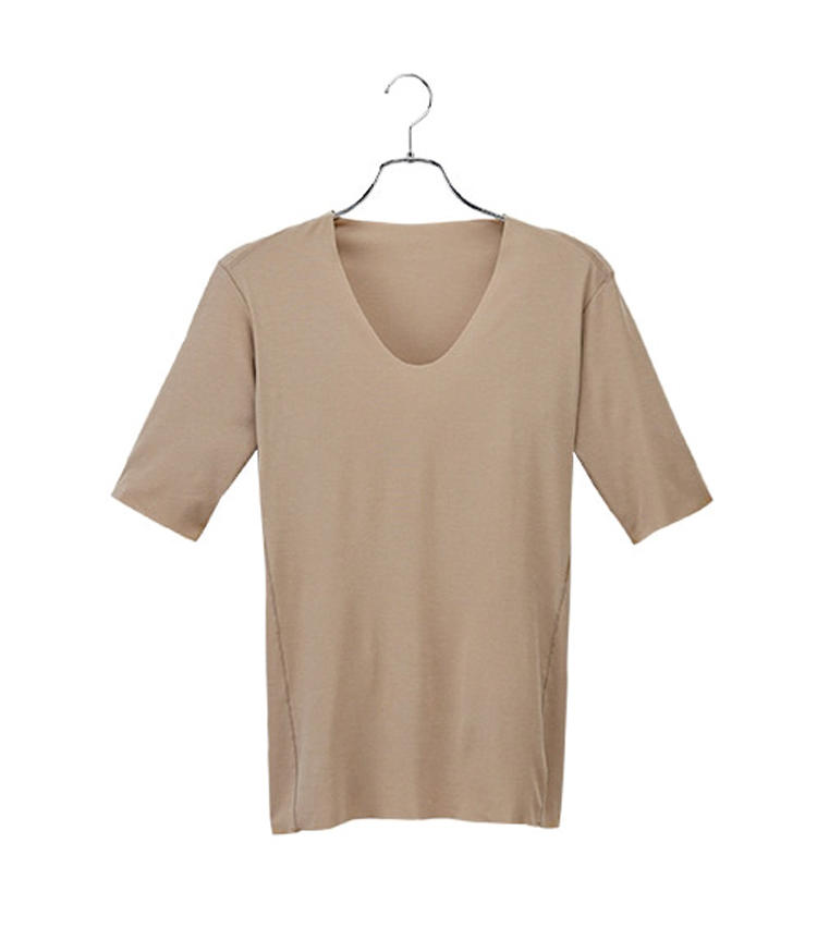 <strong>SEEKのカットオフ・フォーマル</strong><br />汗ジミ防止加工で、シャツへの汗うつりを防ぐ。深いネックはシャツを開襟しても見えない。吸湿発散性も秀逸。4200円(グンゼお客様相談室)