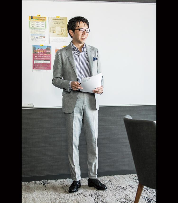 <strong>見た目がスーツだからお客様の前でも安心</strong><br />お客様の前でのプレゼンにはセットアップで臨む。軽量の機能性生地でも見た目は品格あるスーツスタイルに装える。