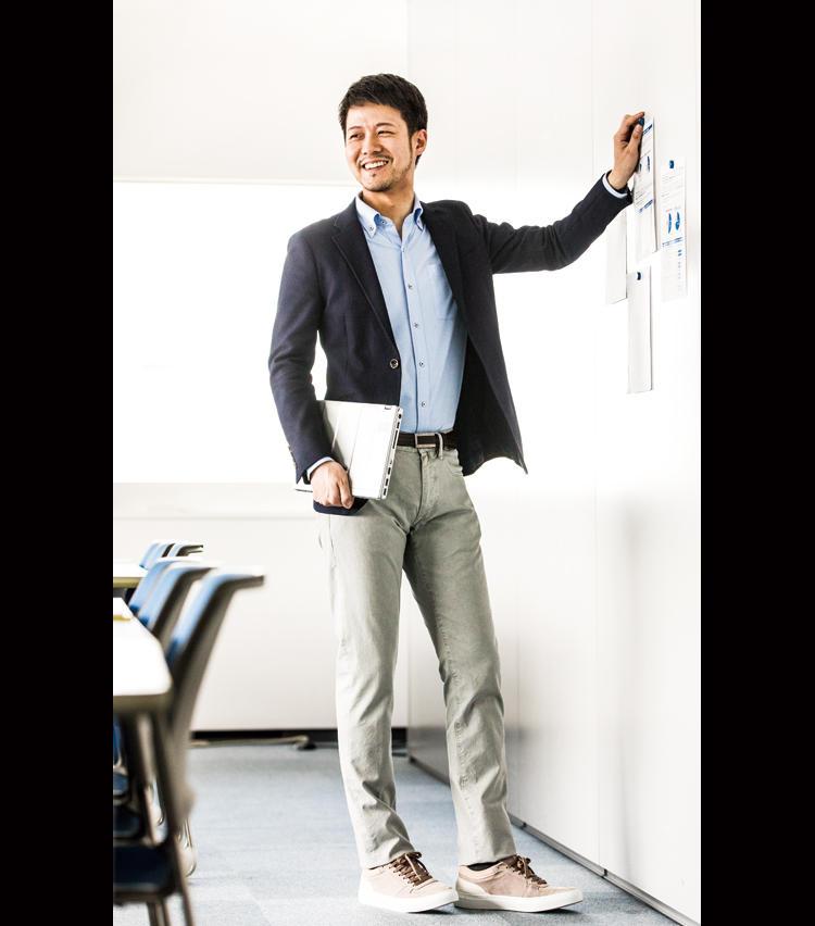 <strong>スニーカーも合いますね</strong><br />シックなグレーの5ポケットパンツ&スニーカーなら、紺ジャケを合わせるだけでオフィスにOK。