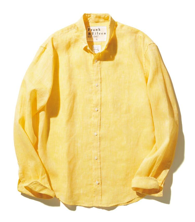 <span style=font-size:1.1em;><strong>FRANK & EILEEN</strong></span><br /><strong>フランク&アイリーンのリネンシャツ</strong><br /><br /><strong>米・伊の陽気なマリアージュ</strong><br />米・カリフォルニア発のシャツブランドによる、色鮮やかな伊製生地を用いたリネンシャツ。黄色と白の節がランダムに走る生地は、ニュアンスも満点。裏へ隠れるようにボタンを配した隠しBDの小襟にも、さりげない洒落感が漂っている。<br /><span style='font-size:0.8em;'>2万7000円(サザビーリーグ)</span>