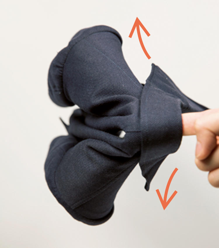 <span style=font-size:1.1em;><strong>指で吊ったとき肩が前にカーブするか?</strong></span><br /><br /><strong>上質なジャケットは優雅に翼を広げます</strong><br />「前肩仕様のジャケットは、首裏を指で吊ると鳥が翼を広げたような形になる。試着しなくても前肩かどうか見分けられるポイントです」。手持ちのジャケットも確認してみよう。