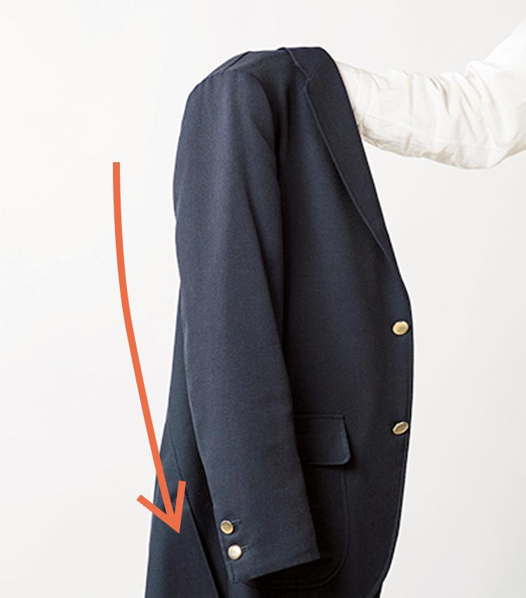 <span style=font-size:1.1em;><strong>袖を通さなくても腕がカーブしているか?</strong></span><br /><br /><strong>袖のラインは着心地と美観を両立する重要なポイント</strong><br />「縫製とパターンワークを駆使して立体的に作られたジャケットは、肩に手を入れて吊ったときに、腕が前に振れます。体のラインに沿った袖は着やすさと見た目の美しさを両立させます」