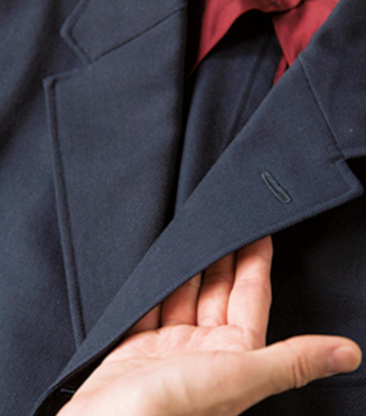 <span style=font-size:1.1em;><strong>ラペルの裏がプツプツしているか?</strong></span><br /><br /><strong>毛芯が縫い付けられていれば型崩れしにくい</strong><br />「ラペル裏を触ったときにプツプツとした凹凸を感じたら、接着芯ではなく毛芯が縫い付けられている証拠。スーツが長持ちします」。既製服でも毛芯仕立てであれば必ず凹凸はあるそうだ。