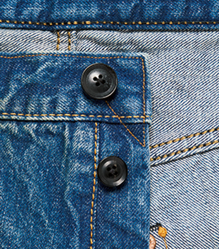 <span style=font-size:1.1em;><strong>水牛ボタン採用には実用的な理由も</strong></span><br />ブランドのアイコンとして配されている水牛ボタン。穿き倒してボタンが取れても生地に穴が開かず、リペアが容易なようにとの理由も。