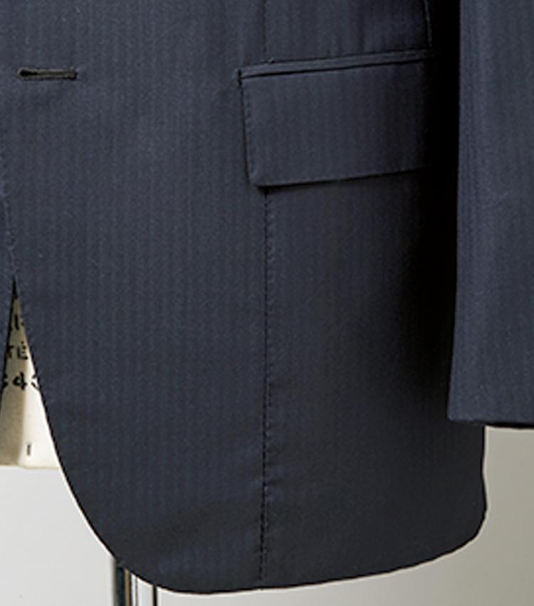 <strong>ナポリ特有のフロントダーツ</strong><br>フロントダーツがポケットをまたいで裾まで取られている。これはナポリのビスポーク特有のディテールだ。見る人が見ればキラリと目を輝かせる意匠。