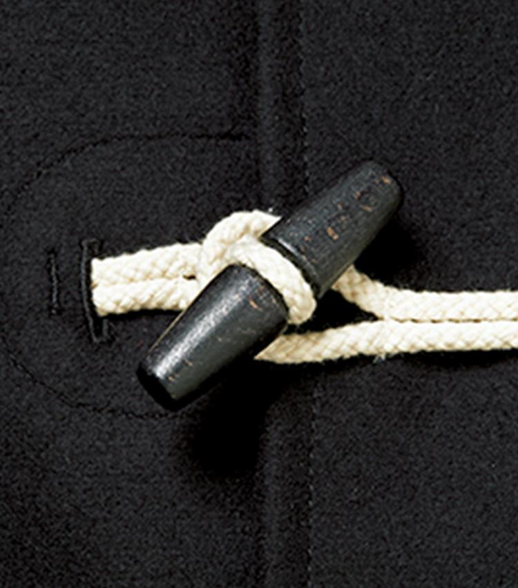 トグル留めのステッチを内側から施し、すっきり見せている点も要因。