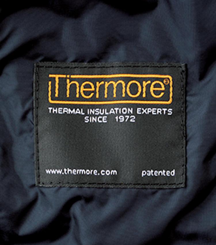 さらに、サーモア社の中綿を採用することで、軽量性と保温性を両立。ヒップトップ丈故、車にもバイクにもフィットしてくれる。