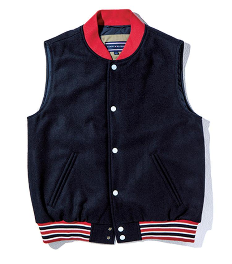 そのインナーには、アワードジャケット型のスリーブレスをセットアップ。異色のレイヤード提案は、単体でも着られるとあって、休日コーデのバリエを拡充。