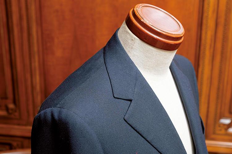 <strong>肩線もあえて割り縫いに</strong><br>ビスポークテーラーでは肩線の縫代を片倒しにするケースも多いが、ペコラでは割り縫いに。縫い目がフラットになるためクリーンな印象になる。