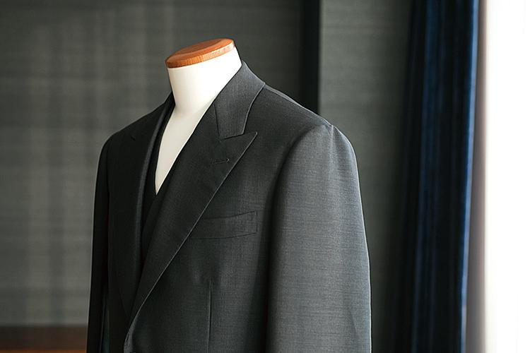 <strong>丸みを帯びた柔らかな肩周り</strong><br>英国的な品格を薫らせつつも、柔らかい仕立てがバタクの基本。肩パッドは薄く、丸みを帯びたナチュラルショルダーが大変エレガントだ。