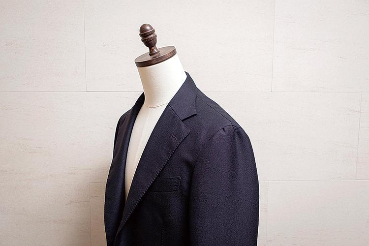 <strong>ふわっと柔らかいナポリ的仕立て</strong><br>肩回りは非常に軽く柔らか。芯地は極薄のものを用い、ゆき綿も省いている。ふんわりとした袖付けもナポリ的だ。ゴージは低めが基本スタイル。