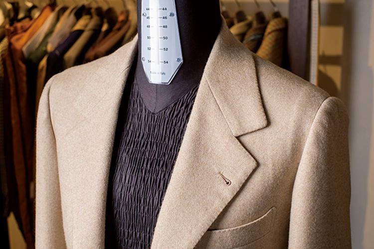 <strong>上襟が大きくローゴージ</strong><br>上襟が大きく、ゴージの角度がグッと下がった襟周りが個性的。肩パッドは用いず、胸の芯地を肩まで回して軽く柔らかに仕立てているそうだ。