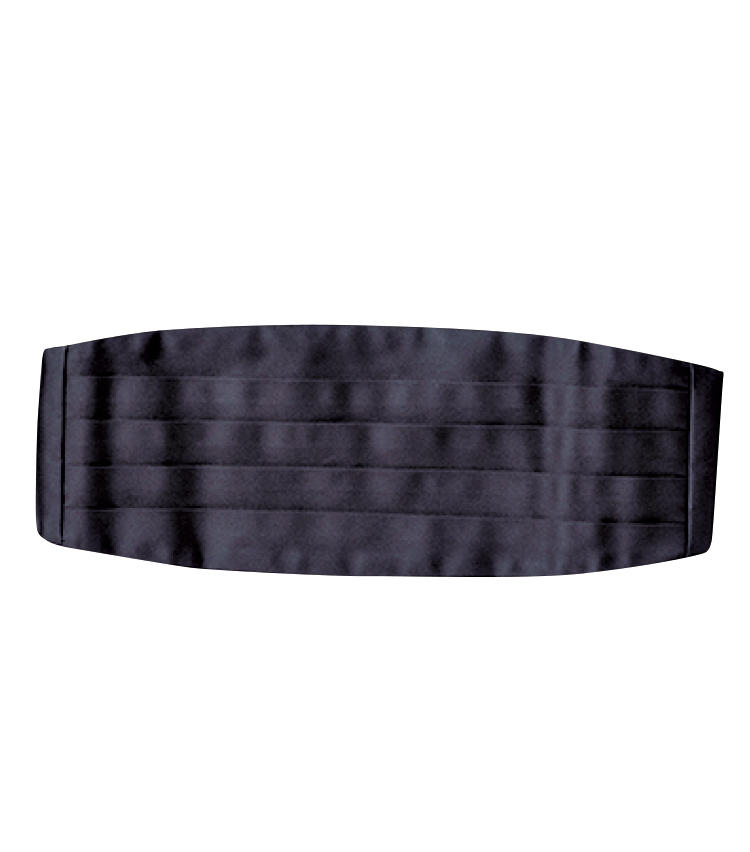 <strong>カマーバンド / Cummerbund</strong><br>ボウタイに揃えて黒シルクを選ぶ。ヒダの向きを上向きに着けるのが正解。1万2000円/麻布テーラー(麻布テーラープレスルーム)