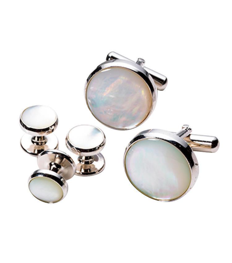 <strong>カフリンクス&スタッドボタン / Cuff Links & Stud Button</strong><br>白蝶貝か白い石のカフリンクスが国際ルール。ボタンとセットで揃えておこう。セット価格。1万6000円/カインドウェア(カインドウェア)