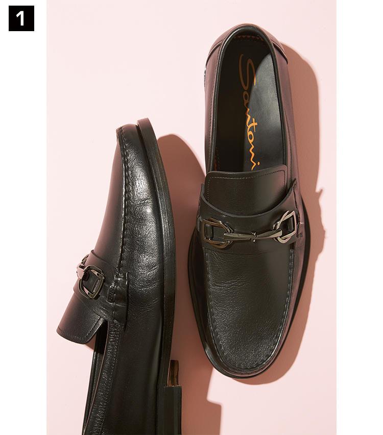 <strong>《1》SANTONI / サントーニ</strong><br />黒と馴染みのよい、ガンメタリックのビットをあしらったローファー。ゆとりのあるラウンドトウ木型を用い、また非常にしなやかなカーフを素材に使用しているため、足入れはコンフォータブル。伊靴らしい色気を、自然体で楽しめる一足だ。マッケイ製法。8万9000円(リエート)