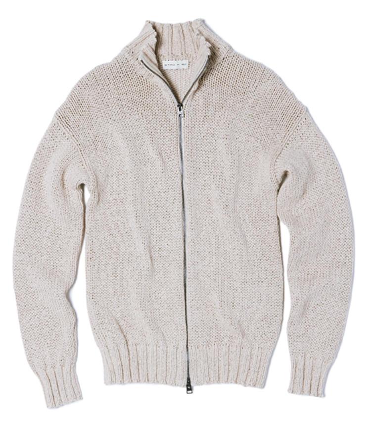 <strong>ジップアップニット</strong><br>ナチュラルなベージュ色のコットンリネンニット。ローゲージの編み感とは裏腹にそのタッチはなめらかで、極上の着心地が楽しめる。編み目が粗いため、レイヤードしたインナーの色が覗く様も洒落て見える。2019年3月中旬発売。13万3000円(エトロ ジャパン)