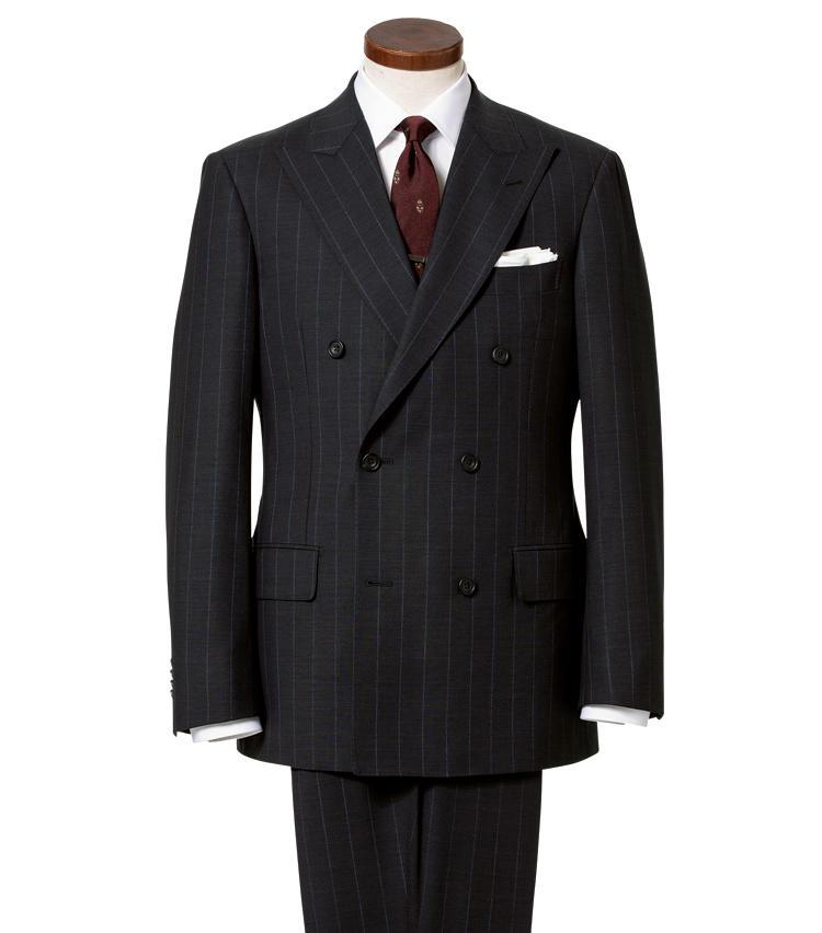 <strong>タイトすぎないダブルスーツで大人の風格を演出</strong><br />「ある程度の年齢になったら、タイトなスーツはおすすめしません。各部に程よくゆとりを確保したスーツで大人のゆとりと貫禄を見せつけましょう。しっかりとした見映えを保ちつつ、余裕があり、後部座席でも寛げるはずです」(森岡さん)。<span style='font-size:0.8em;'>スーツ12万8500円、シャツ1万5000円、タイ8500円、タイバー3800円/麻布テーラー(麻布テーラープレスルーム) その他〈スタイリスト私物〉</span>