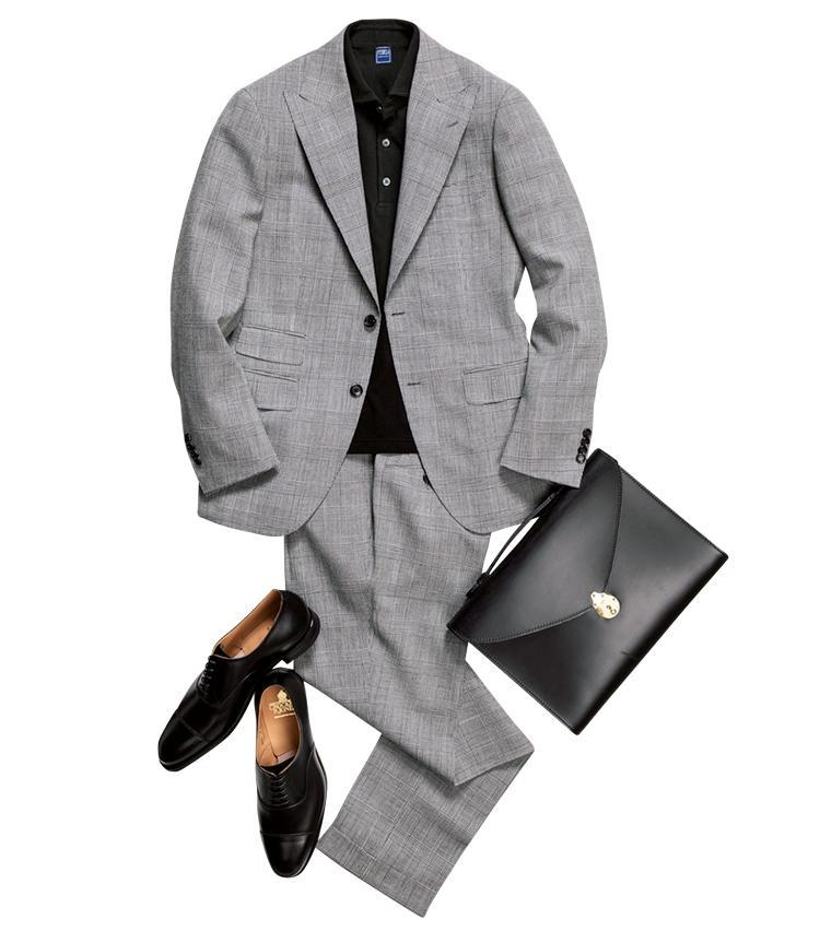 <strong>ノータイであえてのスキを作る</strong><br />「上質なスーツをノータイでリラックスした雰囲気で着崩すというのも男の余裕が感じられていいですね。この場合、インナーはあくまでシックな色味で落ち着きを持たせて。後部座席から現れた時にスマートに映えるでしょう。ヤングエグゼクティブにもおすすめしたいコーデですね」(森岡さん)。<span style='font-size:0.8em;'>スーツ10万円/ブリッラ ペル イル グスト、ポロシャツ2万9000円/フェデーリ、鞄6万8000円/グレンロイヤル(以上ビームス 六本木ヒルズ) 靴7万9000円/クロケット&ジョーンズ(トレーディングポスト青山本店)</span>
