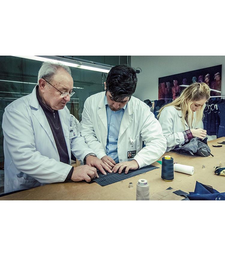 テーラリングスクールでは熟練の職人が、若者への技術の継承を行う。