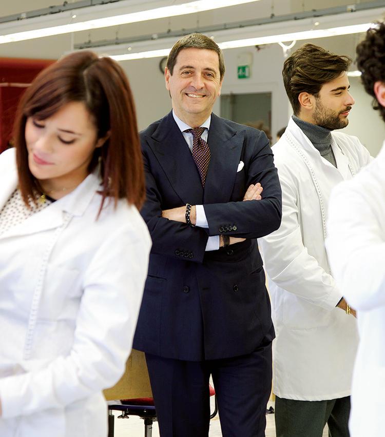 写真中央にいるのは、二代目CEOのアントニオ・デ・マテス氏。新ライン「KNT」をスタートさせるなど、挑戦を続ける。