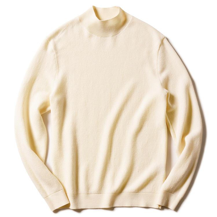 ALTEA(アルテア)<br /><strong>白のカットソー感覚で着回せる万能選手</strong><br />ボディのみに取り入れたワッフル編みが、シンプルでもニュアンスに富んだウールのモックネックニット。白のカットソーのような感覚で着回せる、クリーンな印象のオフホワイトも万能。3万6000円(アマン)