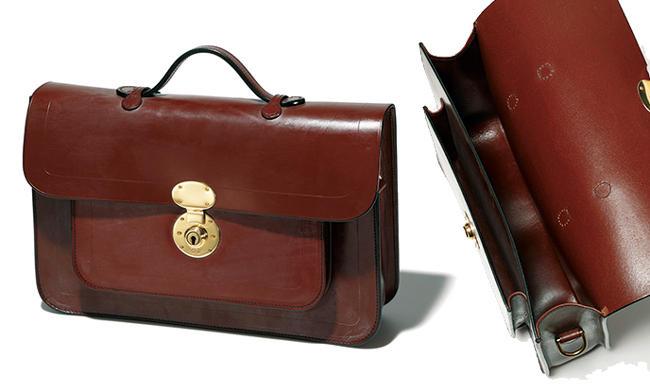 <strong>RUTHERFORDS</strong> ラザフォード<hr style='margin-bottom:20px;'><strong>英国伝統のレトロなスクールバッグ</strong><br />ブライドルレザーや真鍮金具、アイリッシュリネンの糸など純英国製にこだわる英国ブランド。英国伝統の学生鞄を模したサッチェルは、ショルダーバッグとしても使える2WAY。かしこまりすぎないデザインはカジュアルにも使い勝手がいい。<br />縦26×横38.5×マチ9.5cm。13万円(ユニオンワークス 渋谷)