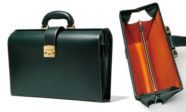 <strong>TUCCHINO</strong> ツキーノ<hr style='margin-bottom:20px;'><strong>ビジネススタイルの品格を上げるアートピースのような佇まい</strong><br />デザイナー生見 司氏による鞄と家具のブランドは、美術品級の完全手縫いが圧巻。独名門タンナーの高級シボ革、ノブレッサを用いたダレスは軽さと洗練フォルムが魅力的。傷も目立ちにくく実用的だ。<br />約縦29×横42×マチ11cm。33万円(ワールド フットウェア ギャラリー 神宮前本店)