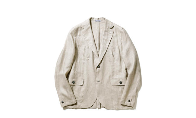 <strong>MARIO MUSCARIELLO</strong> マリオ ムスカリエッロ<hr style='margin-bottom:20px;'><strong>ナポリ仕立てが随所に宿る一着</strong><br />ナポリのシャツブランドが手がけるだけあり、着心地も極めて軽やかな一着。鳥の足状に縫い付けられたボタンや、袖ボタン1つの仕様もナポリ的。肩やボタンホールなどは手縫いで仕上げられており、味わい満点だ。素材はリネン100%で、夏まで着られる一着になっている。5万9000円(バーニーズ ニューヨーク)