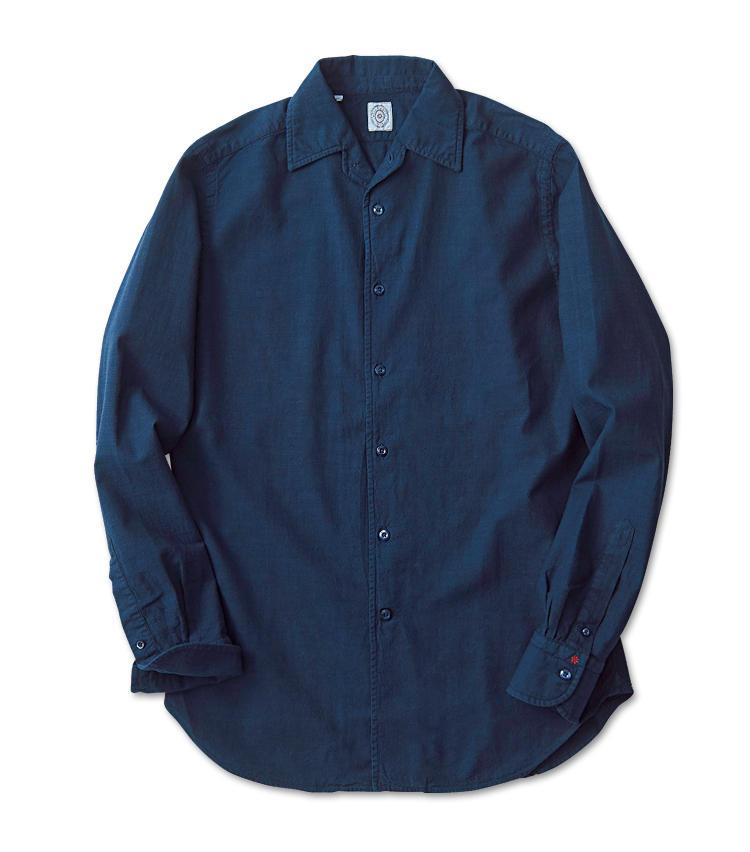 <span style=font-size:1.1em;><strong>BOLZONELLA / ボルゾネッラ</strong></span><br /><strong>タフな素材感とシックなボタン使いが魅力</strong><br />イタリア北部のパドヴァを拠点とするシャツ専業ブランド。ガッシリとした男らしい雰囲気のコットン地を採用している。ボタンもネイビーに統一され、シックなイメージだ。左袖口にはフラワーモチーフが刺繍され、さりげないアクセントに。2万3000円(伊勢丹新宿店)