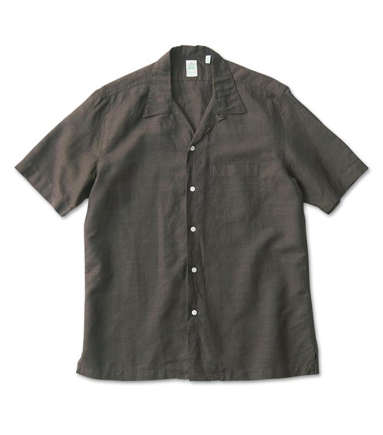 <span style=font-size:1.1em;><strong>FINAMORE / フィナモレ</strong></span><br /><strong>裾出しが洒脱に見える短めの着丈が魅力</strong><br />ナポリシャツ最高峰の一角も開襟シャツを提案。深みのあるブラウンが渋さを醸す、コットンリネン素材の一着だ。タックアウトがサマになるよう、裾をやや短めにしているのもポイント。3万4000円(アスティーレ ハウス)