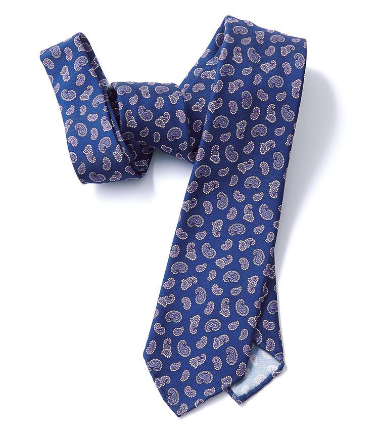 <span style=font-size:1.1em;><strong>ATTO VANNUCCI / アット ヴァンヌッチ</strong></span><br /><strong>スカーフのような締め心地の七つ折り</strong><br />セッテピエゲタイを得意とするフィレンツェのブランド。プリント生地を8cmの細幅に仕上げたこちらは、スカーフのように軽やか。ブルー×パープルの明るい配色も大変美しい。3万円(レガーレ)