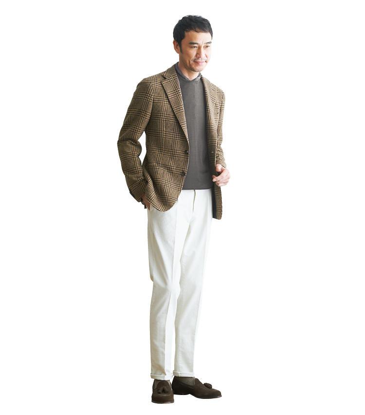 <span style=font-size:1.1em;><strong>シンプルに徹するのが今季らしさの鍵</strong></span><br />茶の丸首ニットをTシャツ感覚でサラリと合わせました。以前はシャツ&ジレの組み合わせが流行しましたが、この秋冬はこれくらいスッキリと着るのもオススメです。仕上げとして、ブラウンと相性のいいボルドーのスカーフを首元から少しだけ覗かせました。ちなみにパンツは細畝のコーデュロイで、さりげなくジャケットと素材感を合わせています」。<br /><span style='font-size:0.8em;'>ジャケットは前項のタリアトーレと同じ。ニット2万6000円/991、パンツ3万1000円/PT01、スカーフ9800円/アルテア、靴6万9000円/クロケット&ジョーンズ(以上ビームスF)</span>