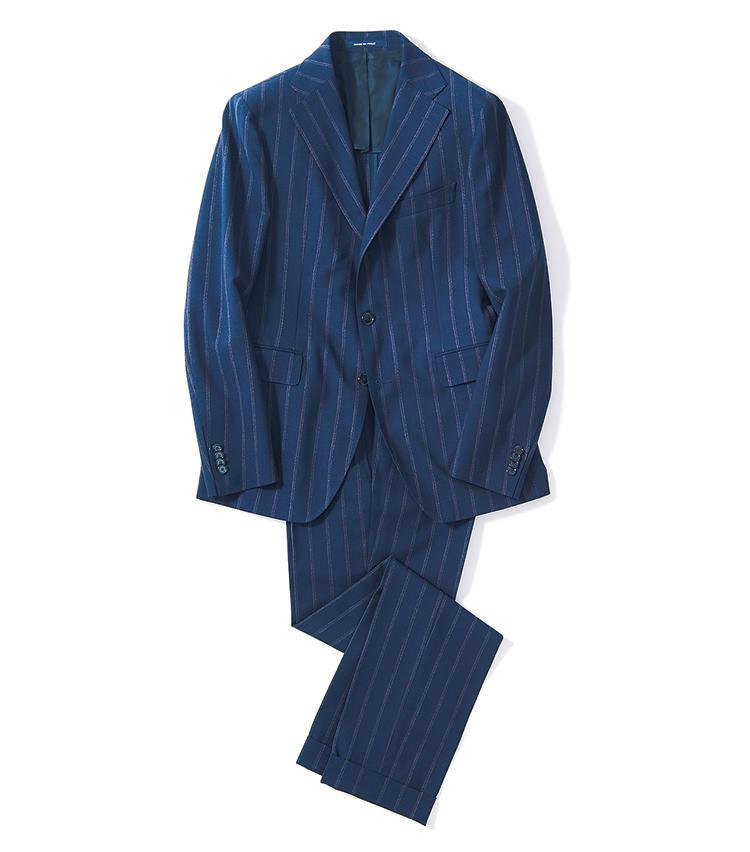 <span style=font-size:1.1em;><strong>TAGLIATORE / タリアトーレ</strong></span><br /><strong>巧みな縞色使いでほのかな色気が漂う</strong><br />ボルドーと白のダブルストライプを配した紺スーツ。クラシックにほのかな艶気を漂わせる手腕が見事だ。ウエストをシェイプした細身シルエットもタリアトーレの魅力。背抜き&ノーパッドで軽快だ。12万円(エストネーション)