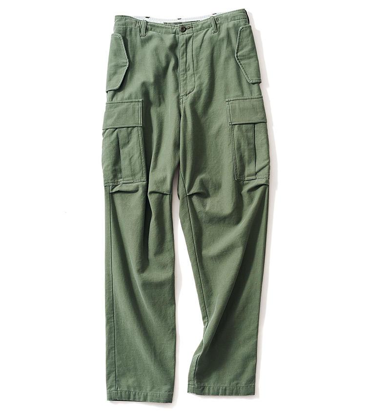 <span style='font-size:1.1em;'><strong>MADISONBLUE / マディソンブルー</strong></span><br /><strong>バイオ加工による柔らかな肌触りが魅力</strong><br />フラップ式のポケットや裾のドローコードなどに、アメリカ軍が1965年に採用した「M-65」カーゴの面影を感じさせる一本。生地は特殊なバイオ加工を施したコットンで、肌触りの良さがクセになる。6万2000円(マディソンブルー)