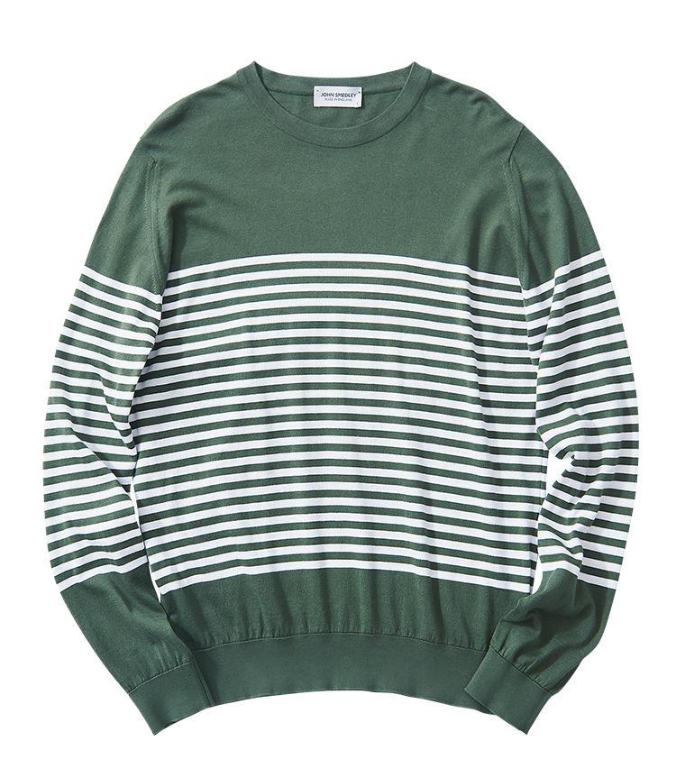 <span style='font-size:1.1em;'><strong>JOHN SMEDLEY / ジョン スメドレー</strong></span><br /><strong>お馴染み超長綿ニットをボーダーで旬顔に</strong><br />ブランドのアイコンである「ジョン スメドレーズ シーアイランドコットン」製。セパルグリーンと呼ばれる、フェード感のある緑色が優しげだ。身頃と両袖の中央にボーダーを集めた柄デザインは、シンプルながら気の利いた洒落心も備えている。インナーでも一枚でも使いやすい一着だ。2万9000円(リーミルズ エージェンシー)