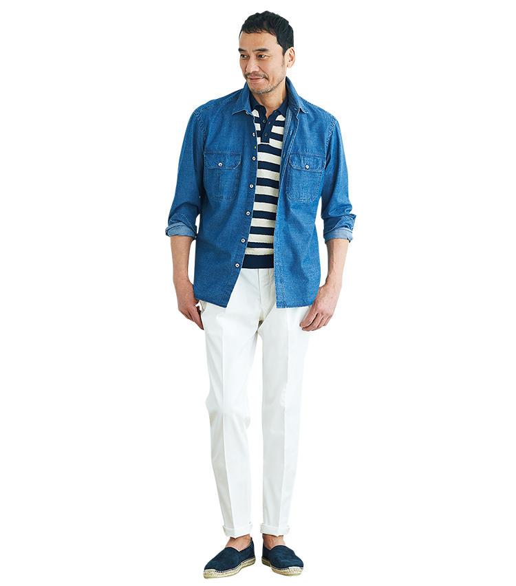 <span style='font-size:1.1em;'><strong>【着こなし2】紺×白の組み合わせはマリンに傾きすぎないよう</strong></span><br />「ネイビー×ホワイトのボーダーポロシャツにホワイトパンツ。夏の定番的色使いですが、極端なマリンテイストにまとめるよりも少しテイストミックスをしたほうが今季的。そこで、両胸ポケットのシャツジャケットで大人らしいツイストを加えました。また、ポロシャツが実はスキッパーなので、その開放感に添うよう足元はエスパドリーユを合わせています」。<br><span style='font-size:0.8em;'>ポロシャツは前ページのロベルトコリーナと同じ。シャツジャケット2万8000円/ジャンネット、パンツ2万5000円/GTA、靴1万200円/ドンキ ショース(以上ビームス 六本木ヒルズ)</span>