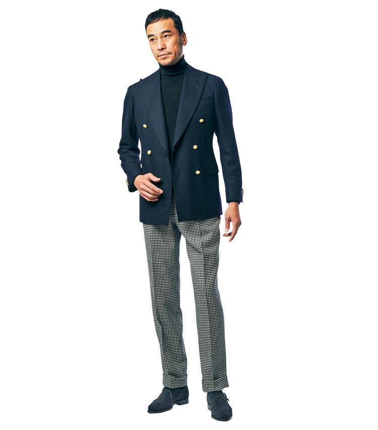<span style='font-size:1.1em;'><strong>with Blazer</strong></span><br />「定番の紺ブレを今季的に着る一例です。靴はもちろん、黒ニットと黒白ハウンドトゥースのパンツでモノトーンにまとめたのがポイント。まさしく'80年代フレンチの定石的な着こなしと言えます。」<br /><span style='font-size:0.8em;'>靴は前ページ「クロケット&ジョーンズ」と同じ。ジャケット8万2000円、ニット2万2000円/以上ビームスF、パンツ4万1000円/ベルナール ザンス(以上ビームス 六本木ヒルズ)</span>